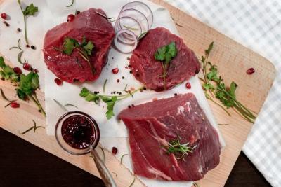 kawałki mięsa, sos żurawinowy